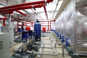 设备泵房管道布置整齐有序,管道采用共用吊架,布置美观,阀门仪表成排成线,设备接地可靠